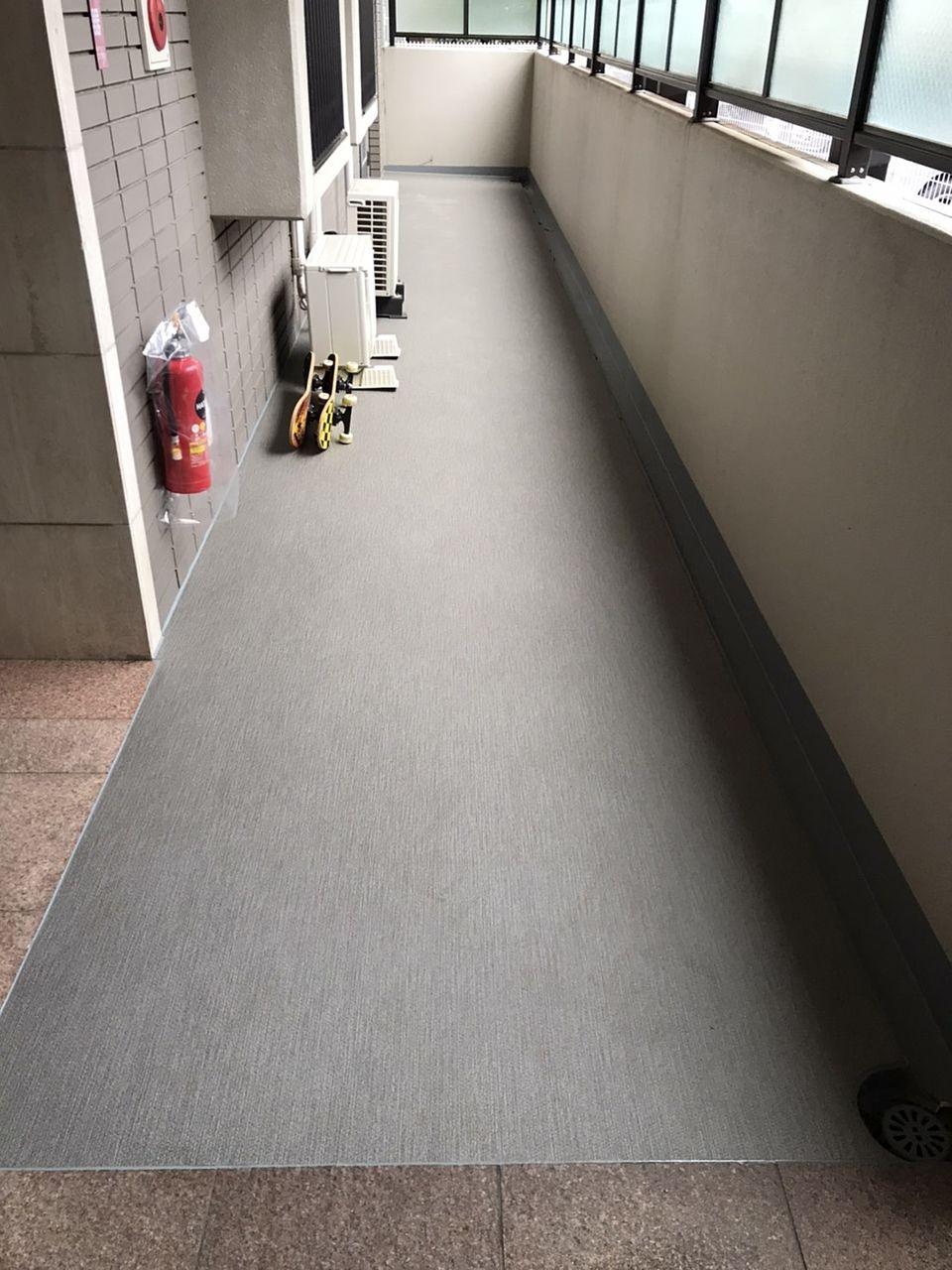 共用廊下の長尺シート張替中 その2